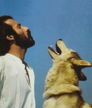 Roger Abrantes howling with husky in 1986 (photo by Ole Suszkievicz).